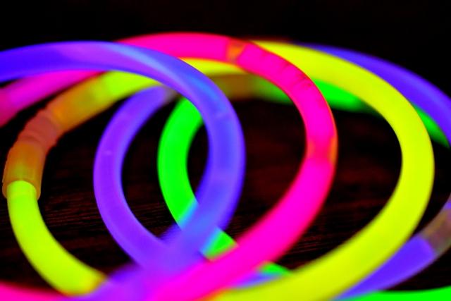 夏祭りの光るブレスレット、ケミカルライトの成分:フタル酸エステルとは?